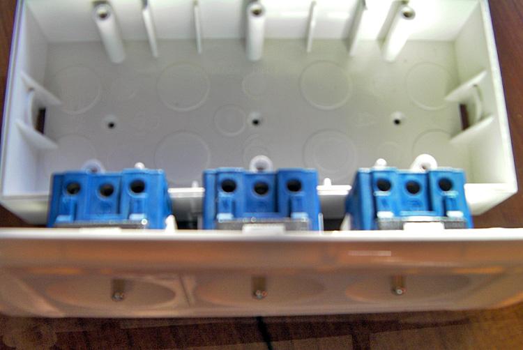 entraide bricolage conseils pour brancher bloc 3 prises lectrique 10 16a modulaire. Black Bedroom Furniture Sets. Home Design Ideas