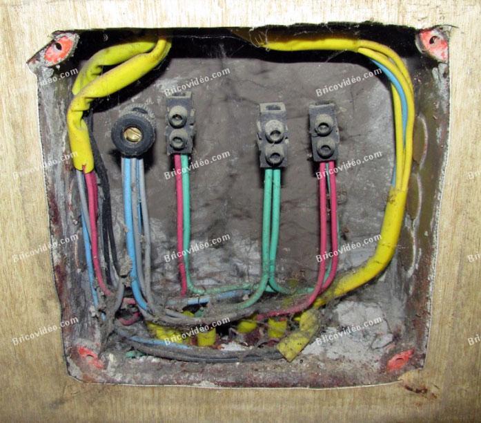 les fils électrique derriere le cache