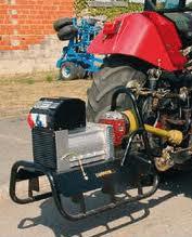 Générateur triphasé agricole attelé sur un tracteur