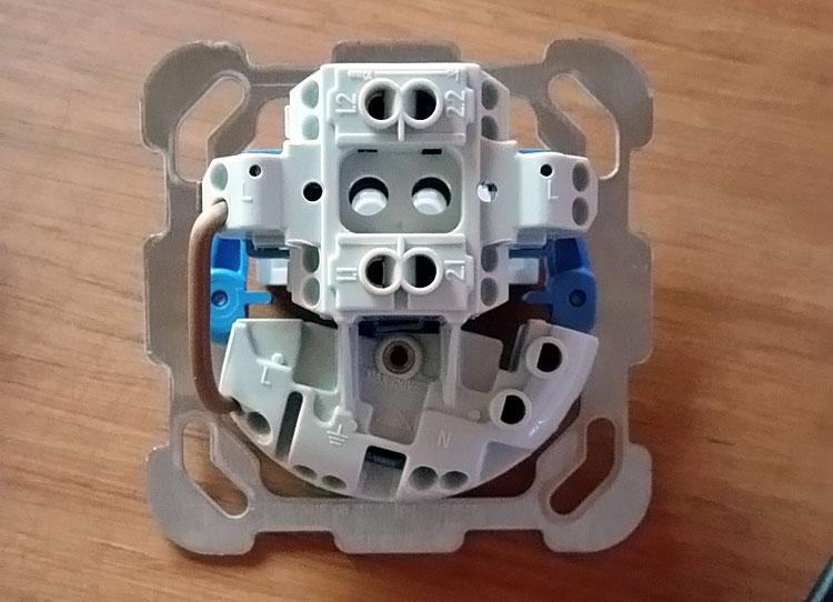 remplacer un interrupteur par interrupteur avec prise
